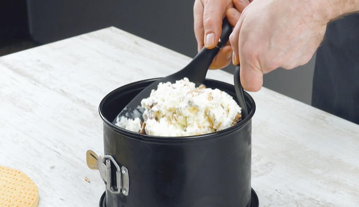 mélanger la crème glacée et les caramels