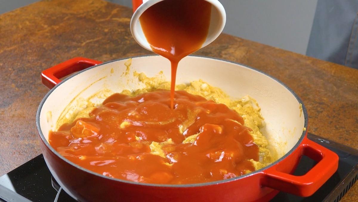 faire cuir le poulet avec la sauce tomate