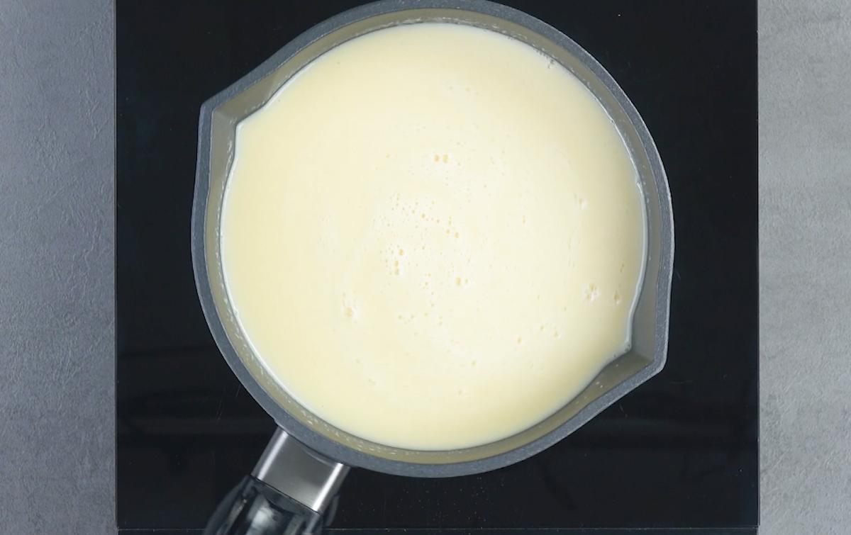 faire chauffer les ingrédients pour la crème à l'ananas