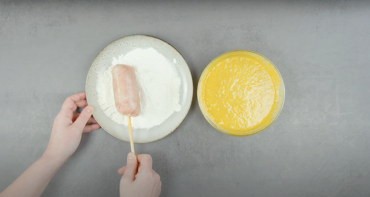 tremper la brochette dans la farine et la pâte