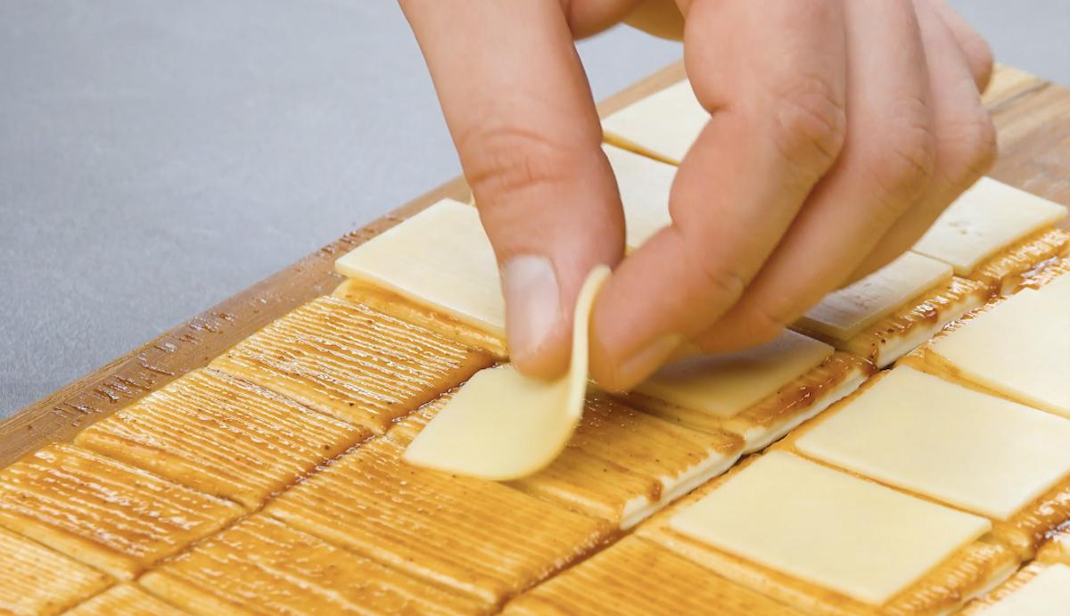 placer le fromage sur la pâte