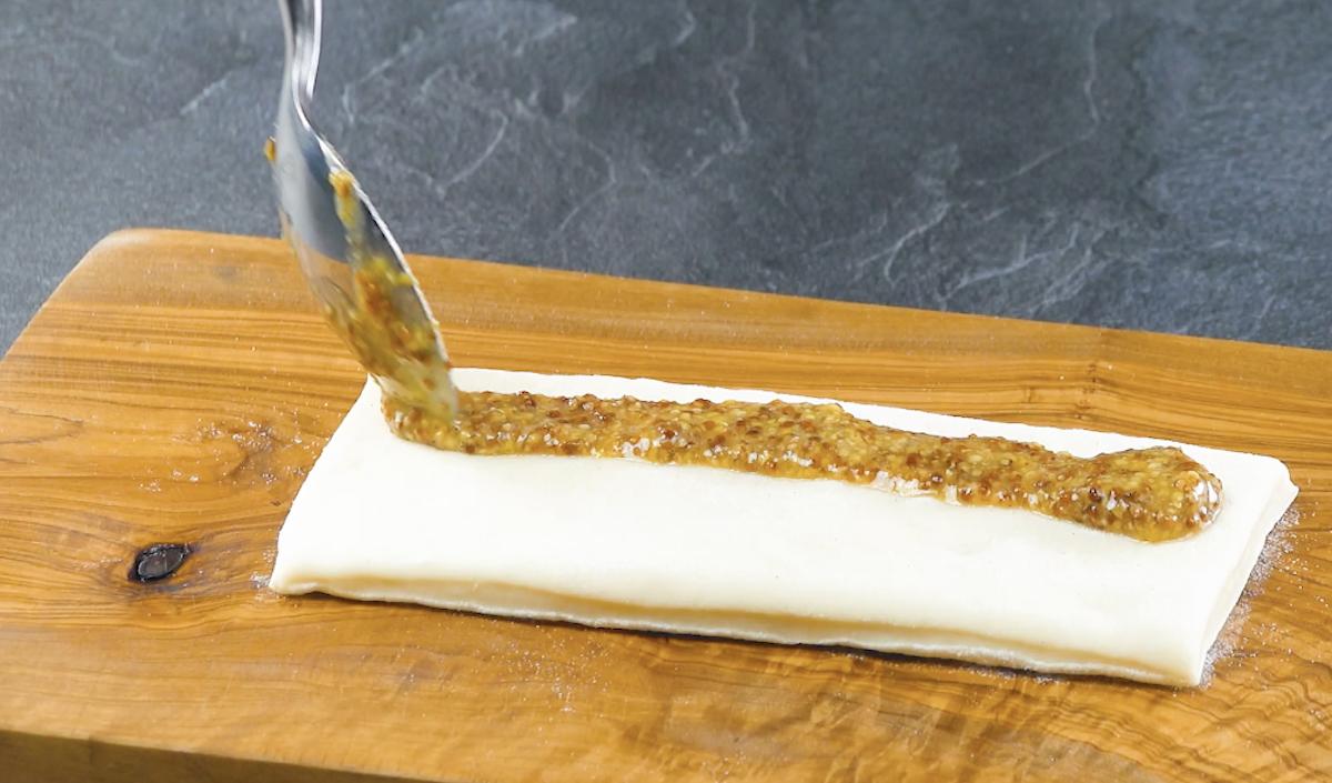 étaler la moutarde sur la pâte