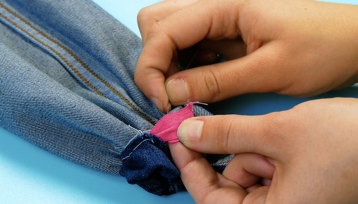coudre une bande élastique sur le jean