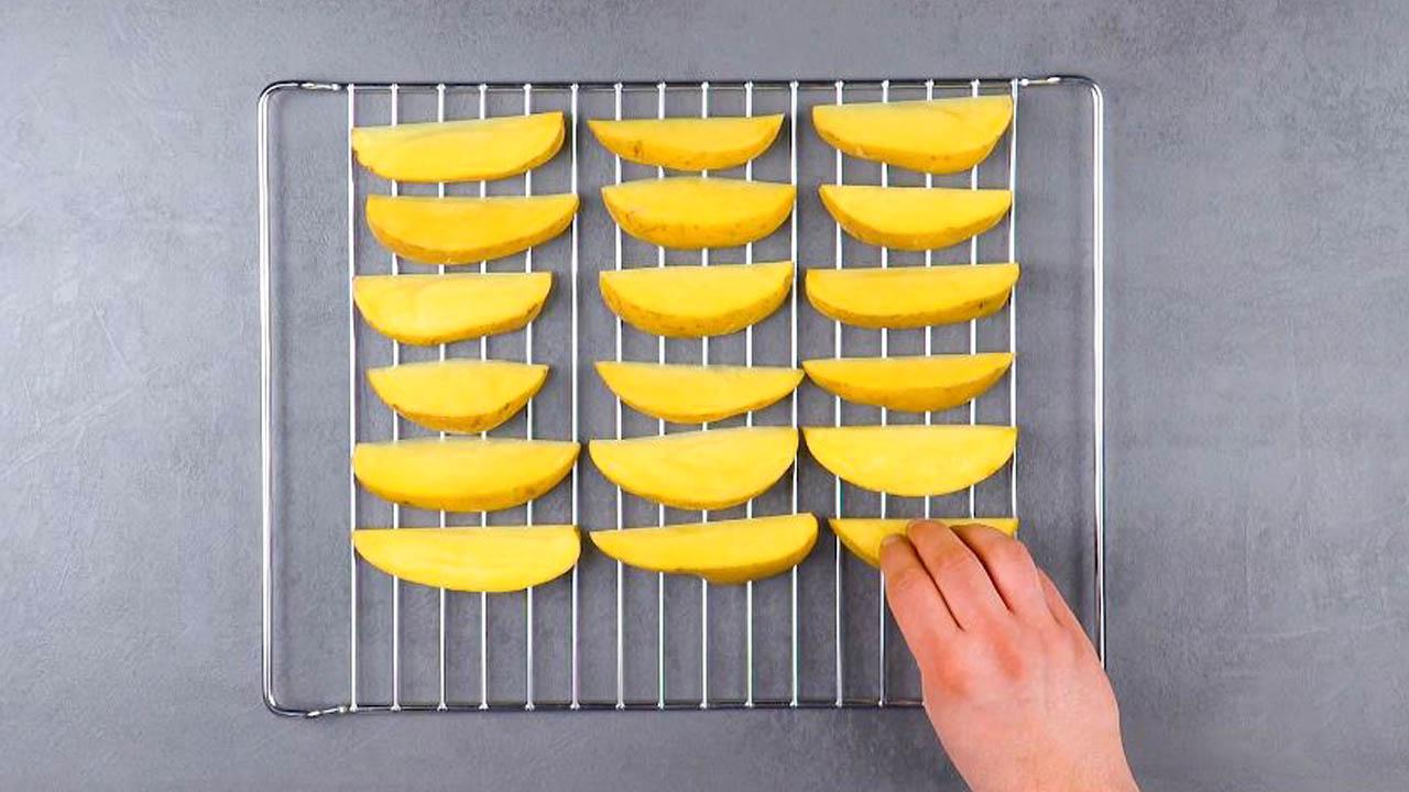 couper les pommes de terre et les placer sur une grille