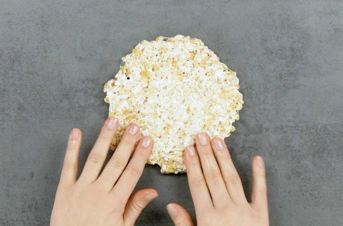 former un cercle avec des rice krispies