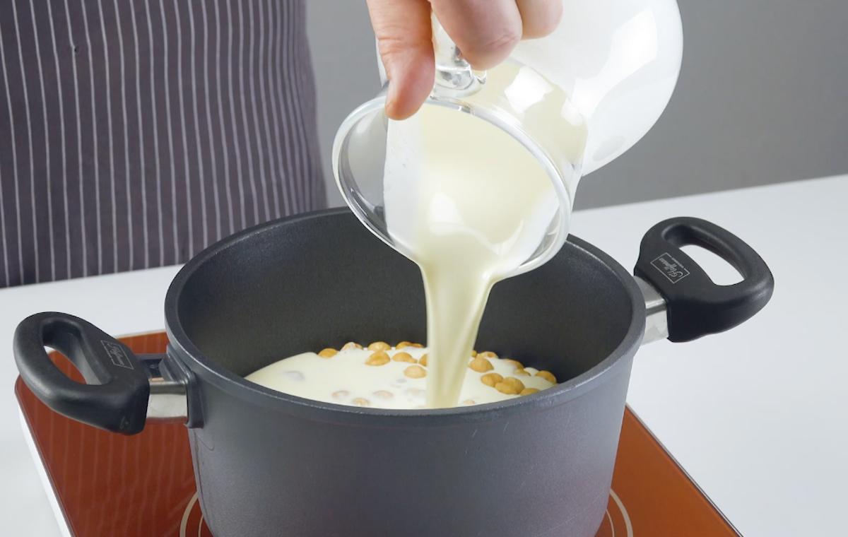 mettre les noisettes avec la crème dans une casserole