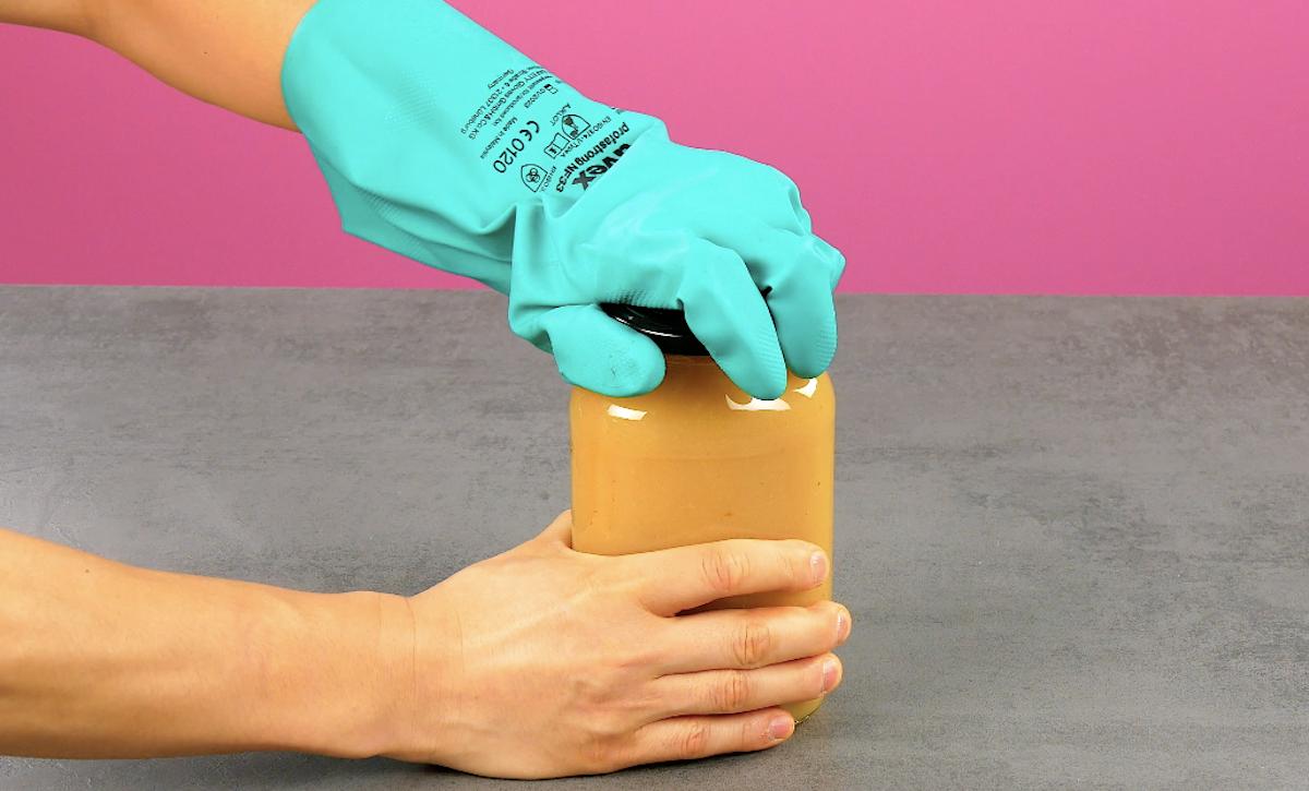 ouvrir un bocal avec un gant
