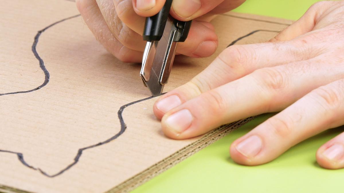 dessiner et découper un chat dans le carton