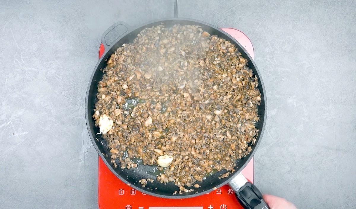 faire cuire les champignons avec l'ail