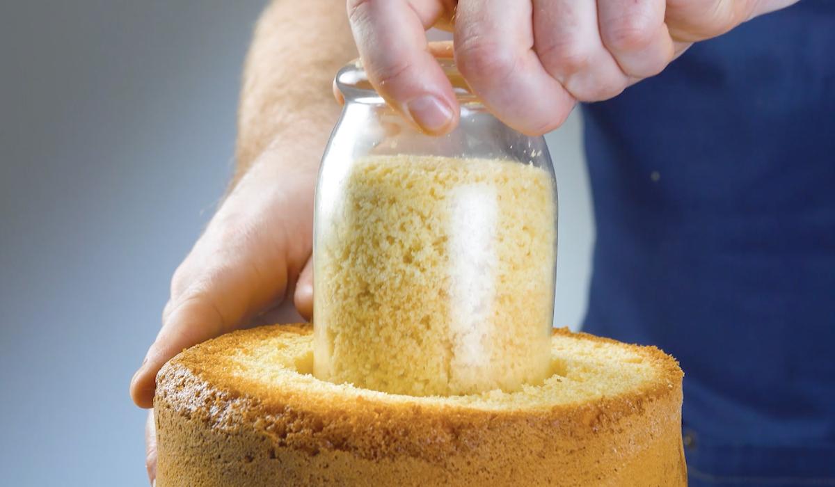 couper et évider le gâteau