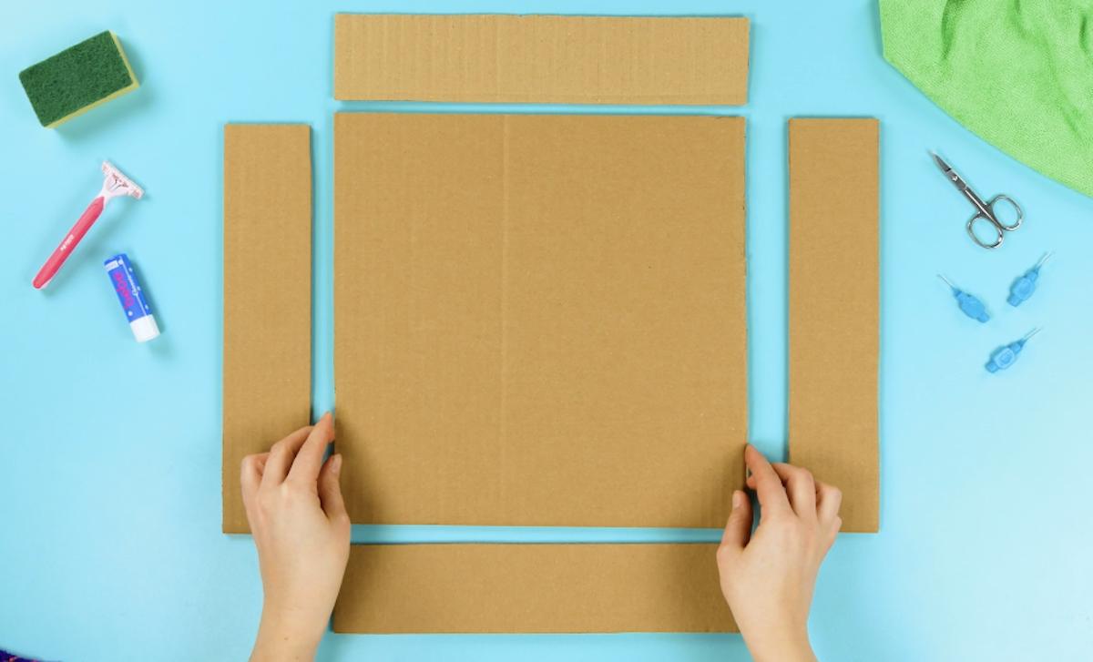 découper un grand carré et 4 pièces latérales allongées dans un morceau de carton