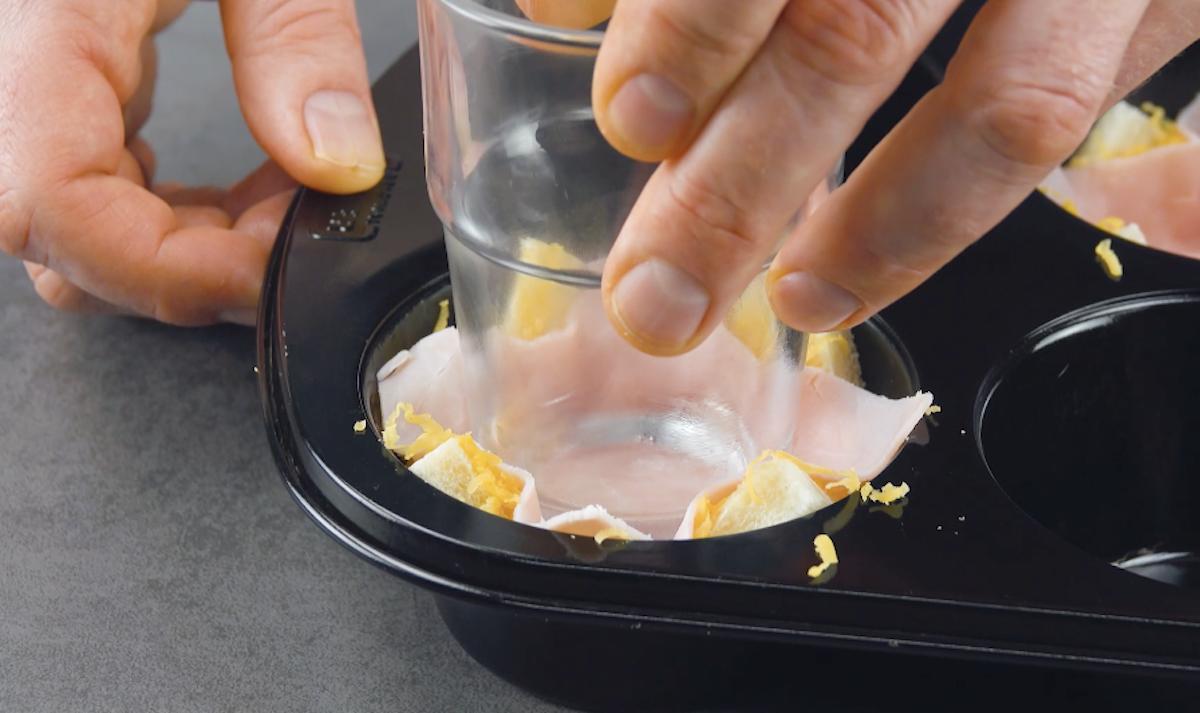 mettre les toasts dans un moule à muffins