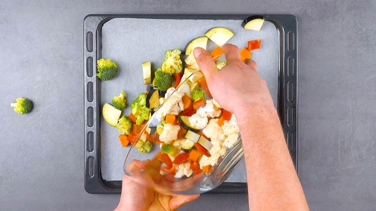 couper les légumes et les mettre sur une plaque à pâtisserie