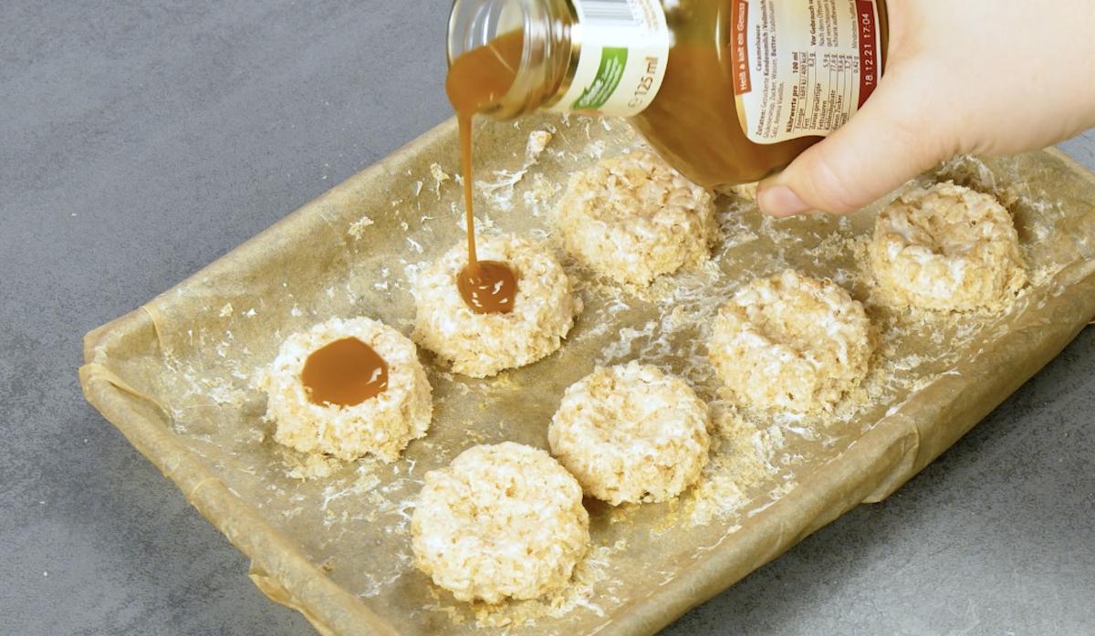 verser de la sauce caramel sur les rice krispies