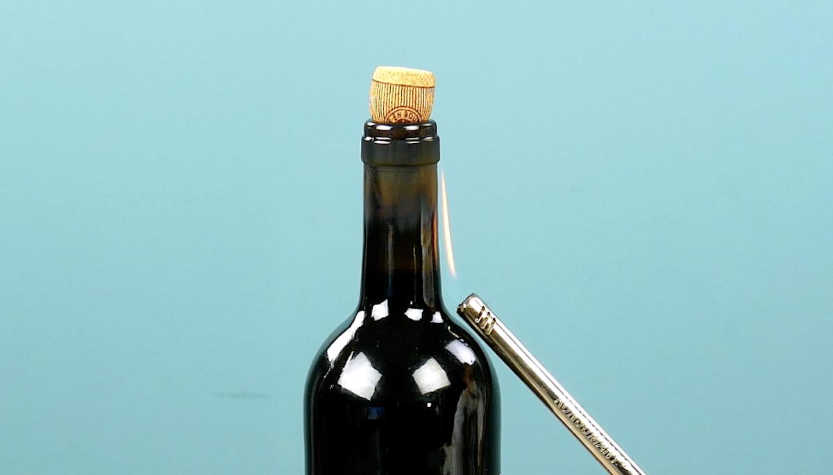 déboucher une bouteille avec un briquet