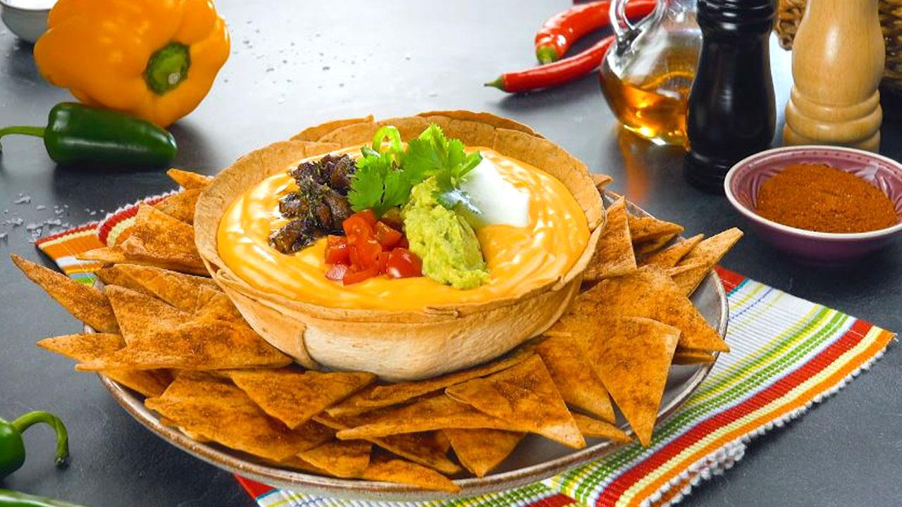 bol comestible avec sauce au fromage, garnitures et chips