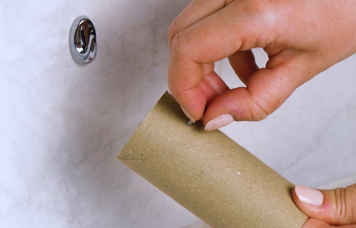 faire un trou dans le rouleau de papier toilette