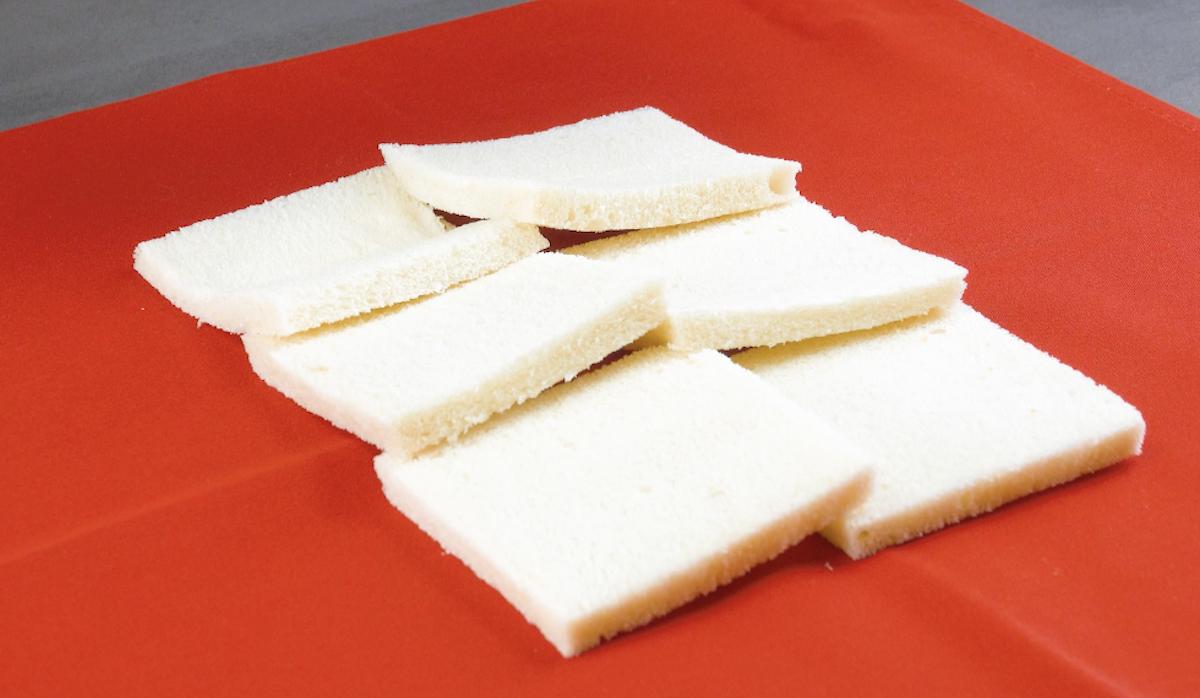 placer les tranches de pain de mie sur un torchon