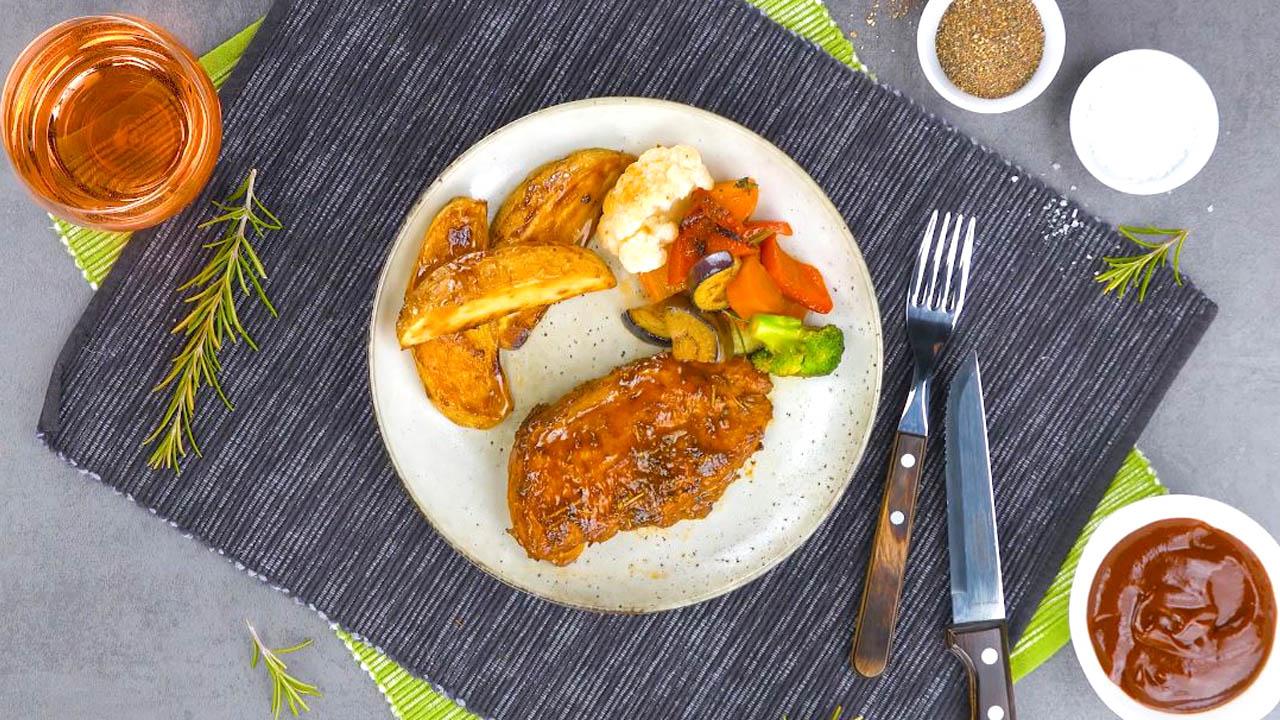 poulet, pommes de terre et légumes cuits au four