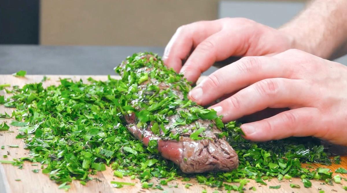 couper les filets de bœuf et les rouler dans les herbes