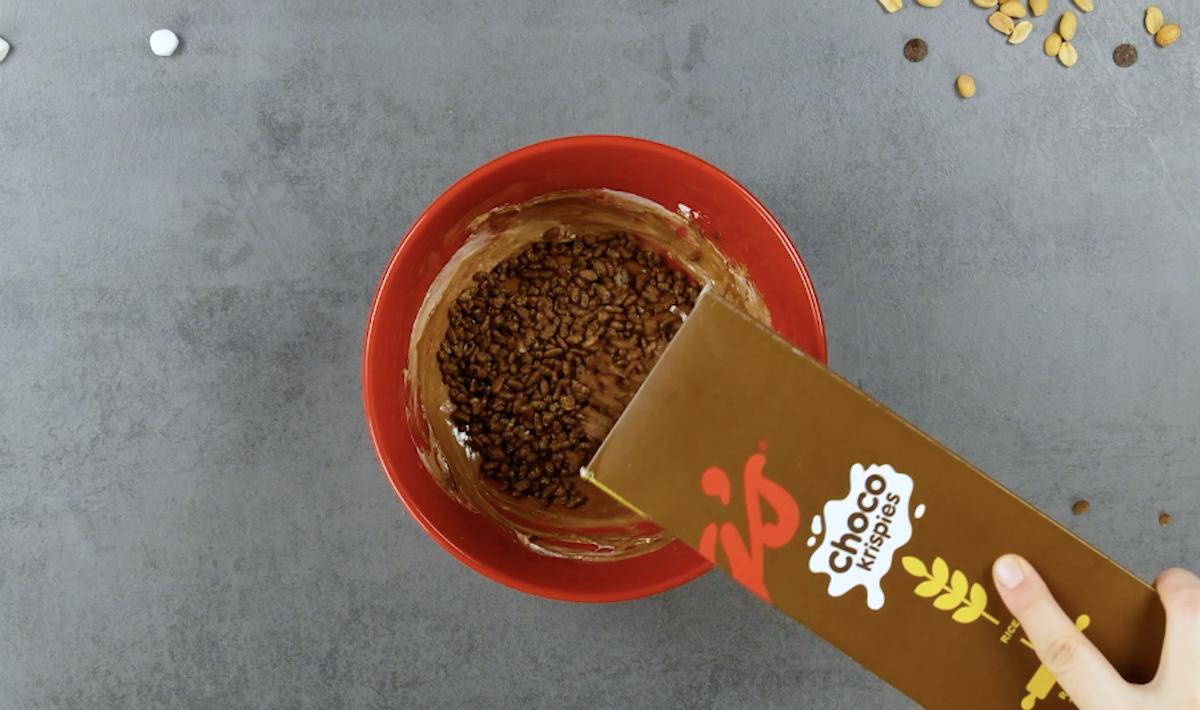 mélanger les coco pops et la guimauve