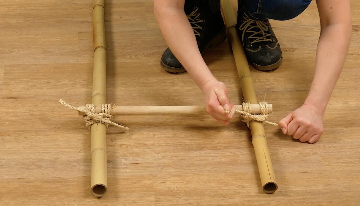 nouer les échelons aux tiges de bambou