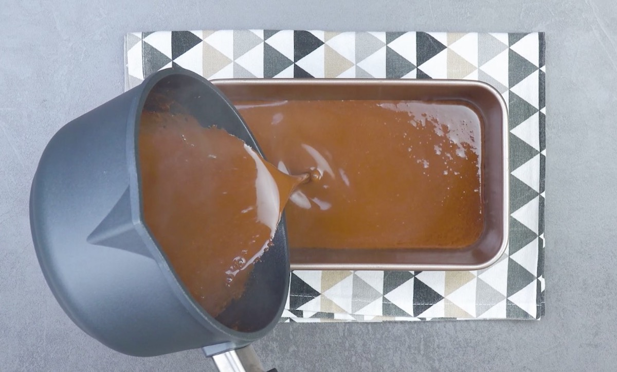 verser la crème au chocolat dans le moule