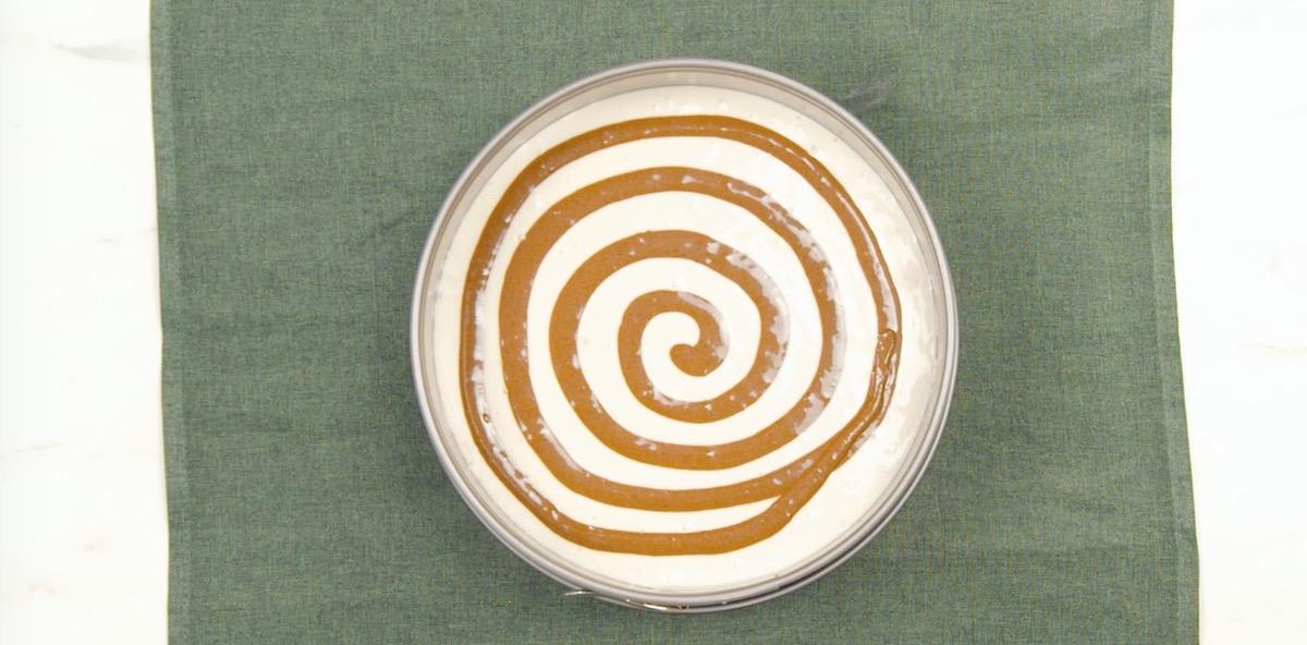 dessiner une spirale avec une partie de la pâte de cacao