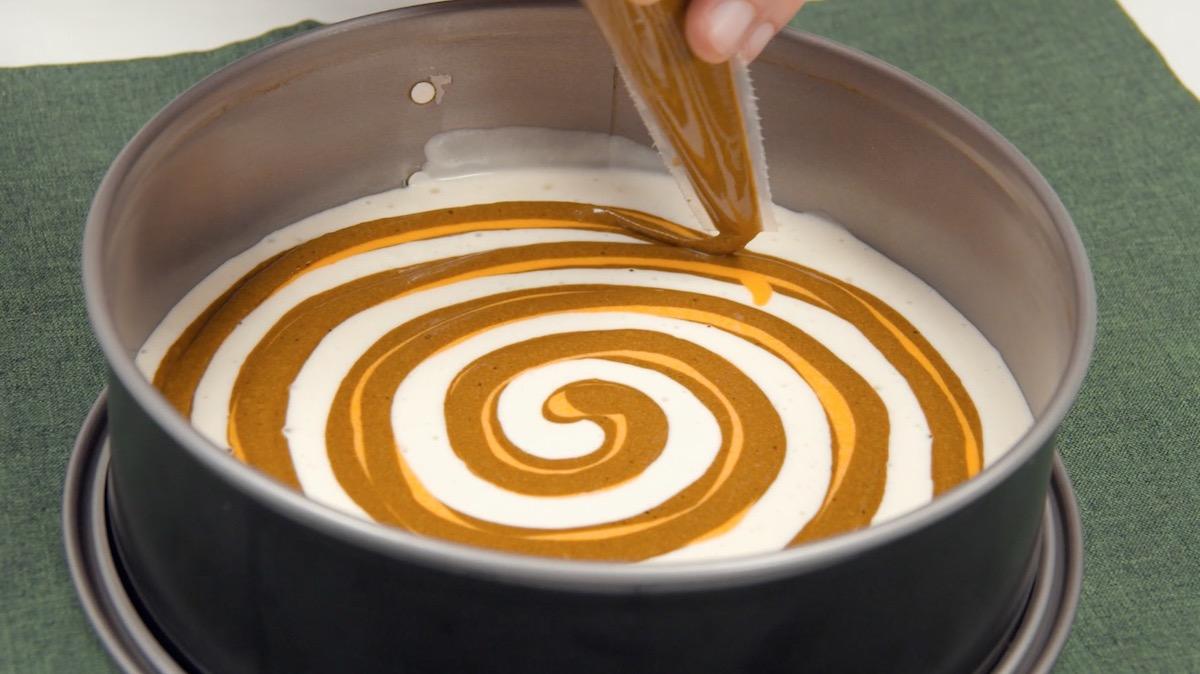 recouvrir à nouveau cette spirale de pâte avec de la pâte au cacao