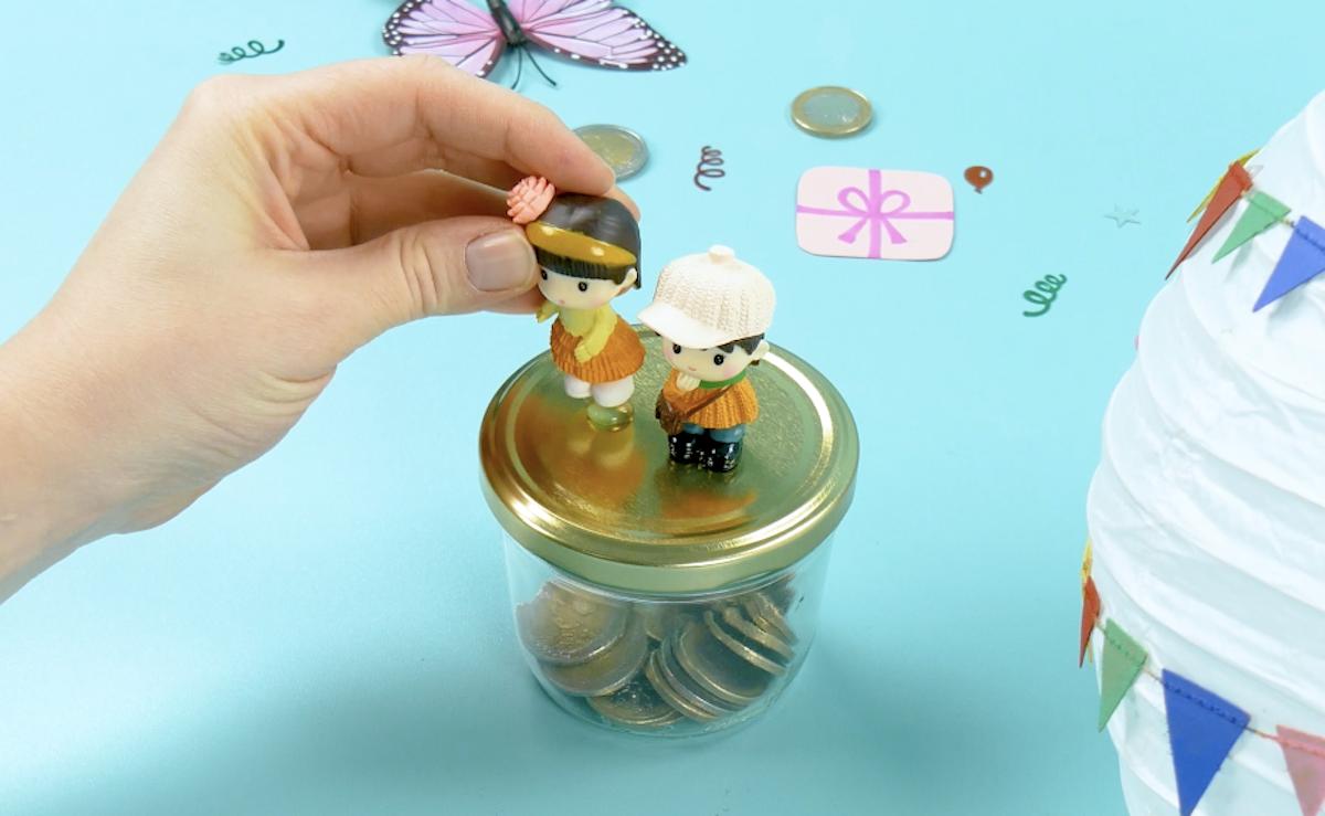 coller 2 figurines sur le couvercle du bocal