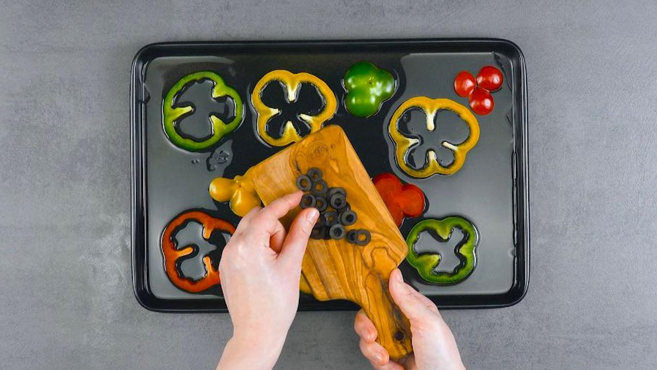 placer les tranches de poivrons et d'olives sur la plaque