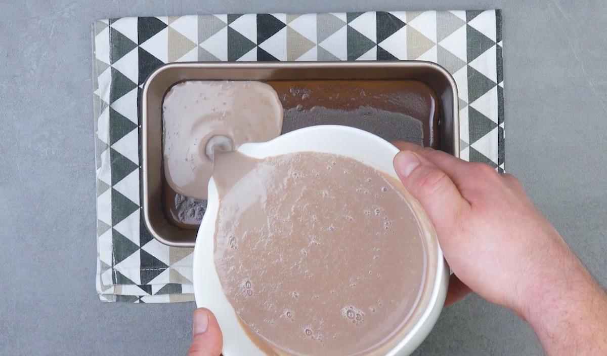 verser la crème au cacao sur la crème au chocolat