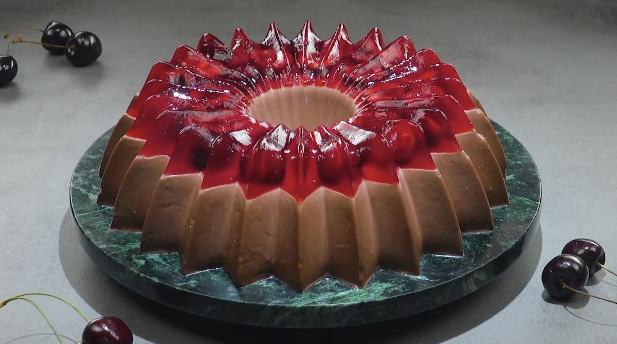 Pudding au chocolat avec une garniture fruitée de gelée de cerises fraîches