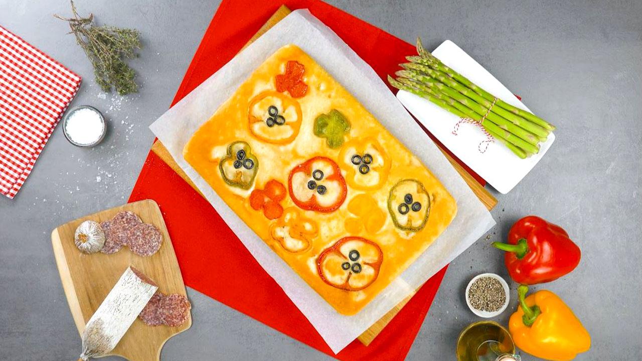 Pain retourné aux poivrons colorés et aux olives