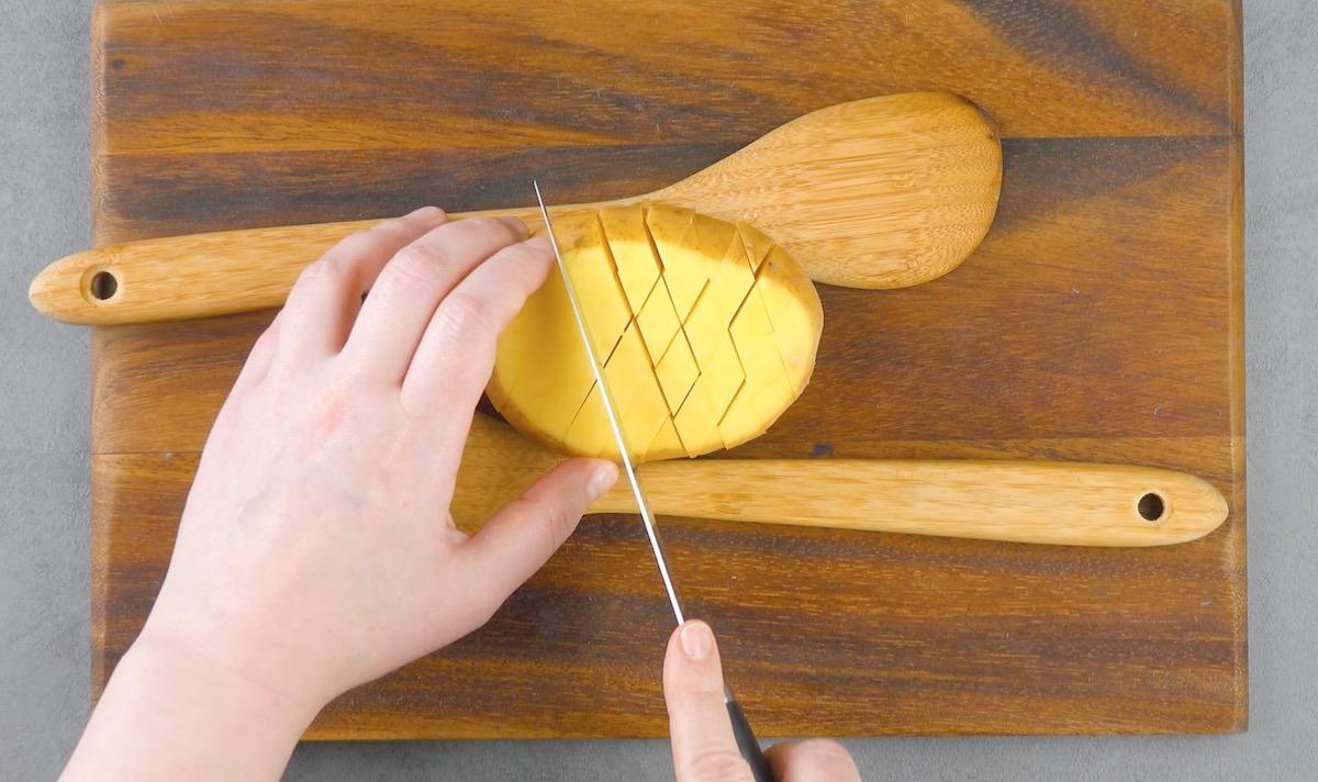 découper un motif de grille dans la pomme de terre sans couper jusqu'au bout