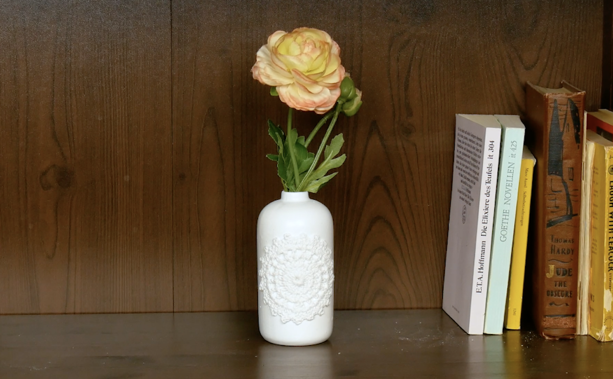 Décorer des vases avec de vieux napperons