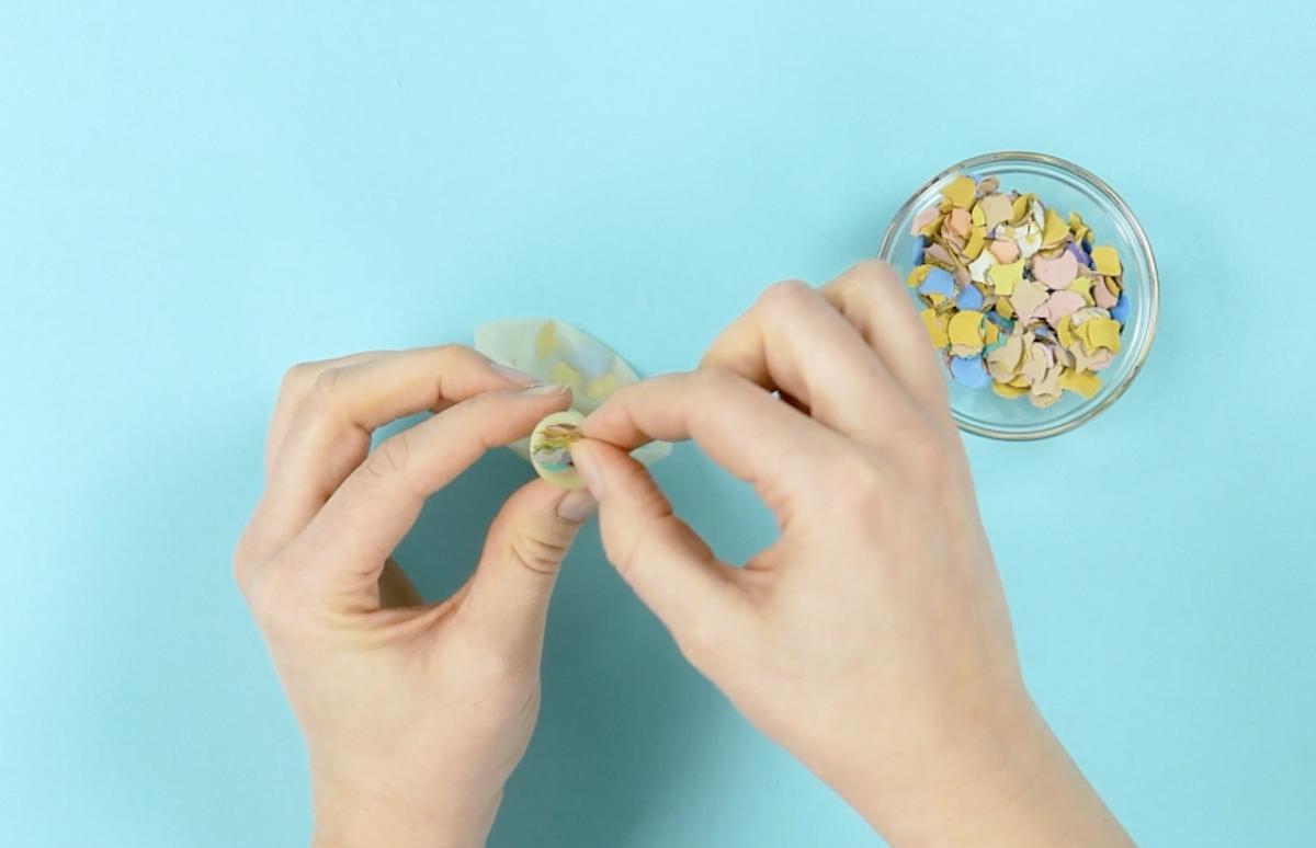 remplir le ballon de confettis