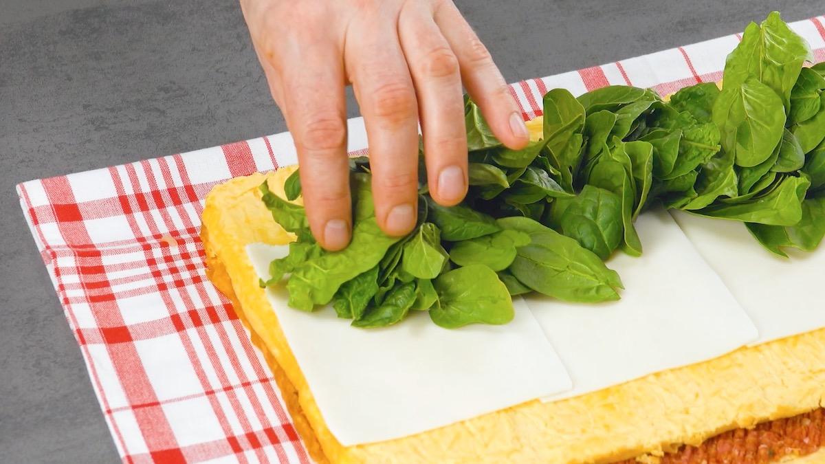 étaler les épinards sur l'omelette