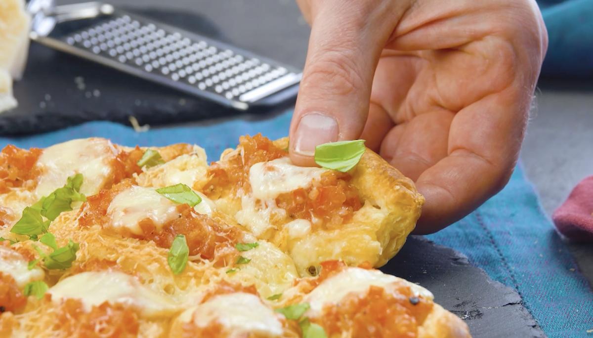 Barques en pâte feuilletée remplis de tomates et de mozzarella