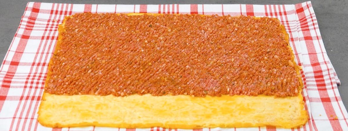 répartir la viande hachée sur l'omelette