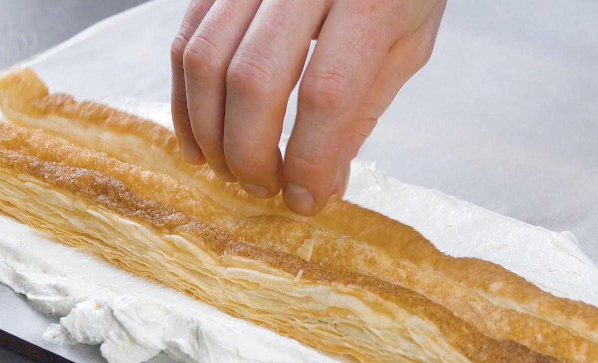 placer des bandes de pâte feuilletée sur la crème