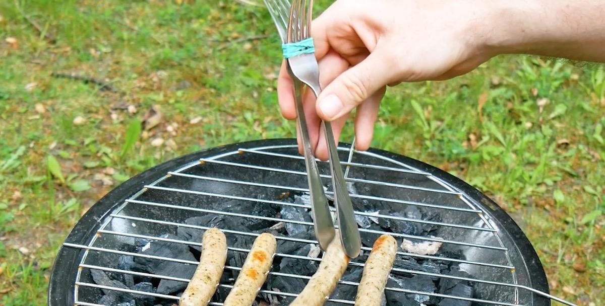 utiliser 2 fourchettes pour retourner les saucisses