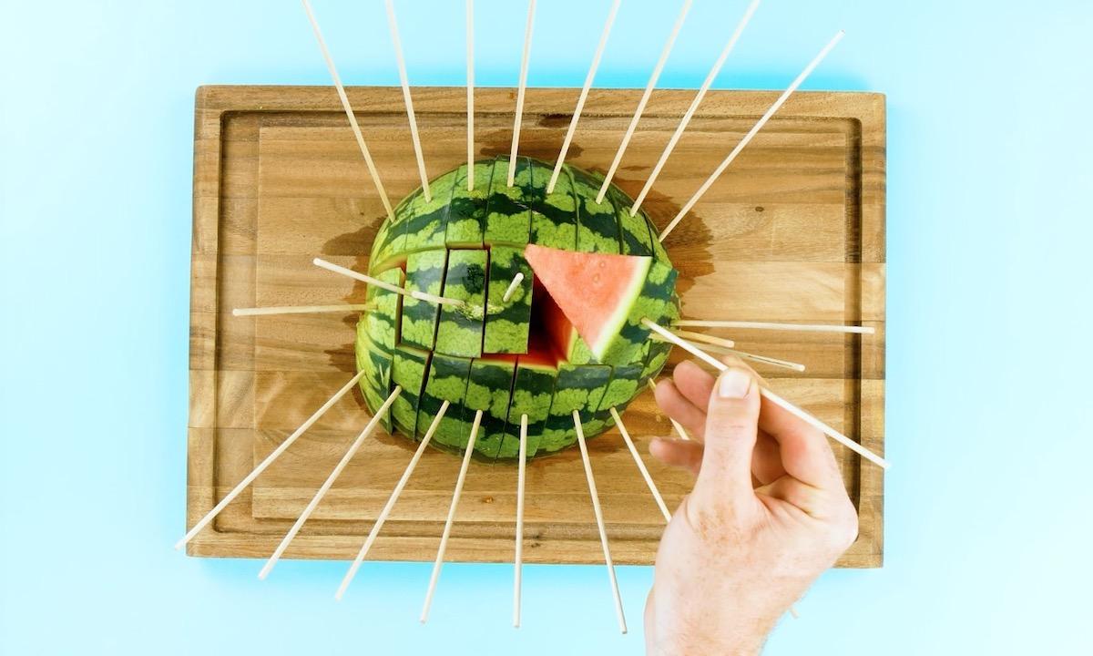 planter des brochettes dans une pastèque