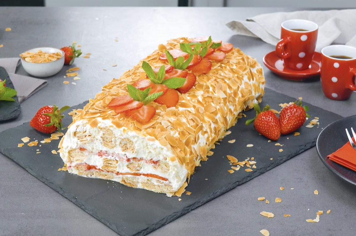 gâteau froid avec pâte feuilletée, crème à la vanille et fraises