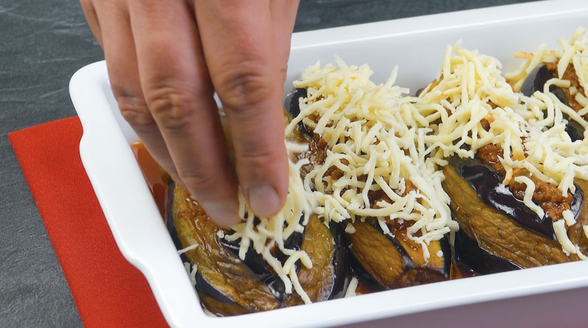 recouvrir les aubergines de viande et de mozzarella
