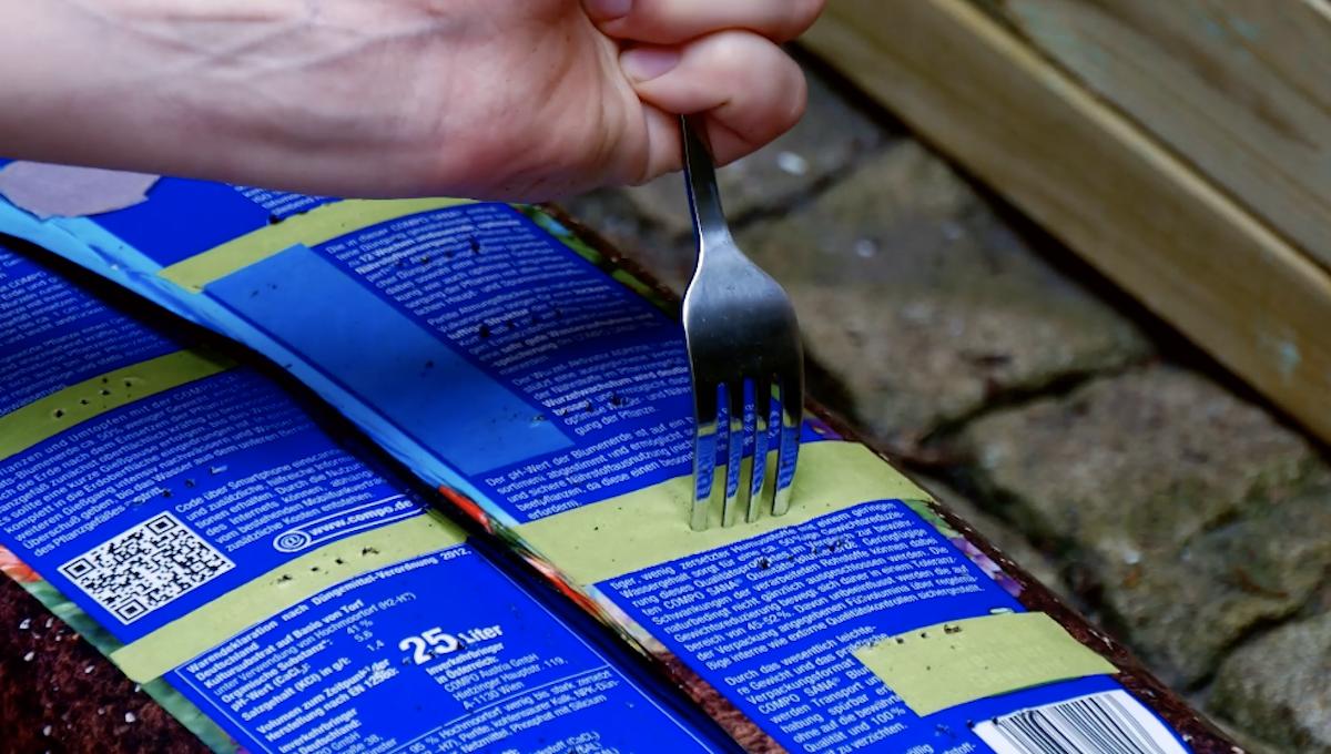 faire des trous à la fourchette dans un sac de terreau