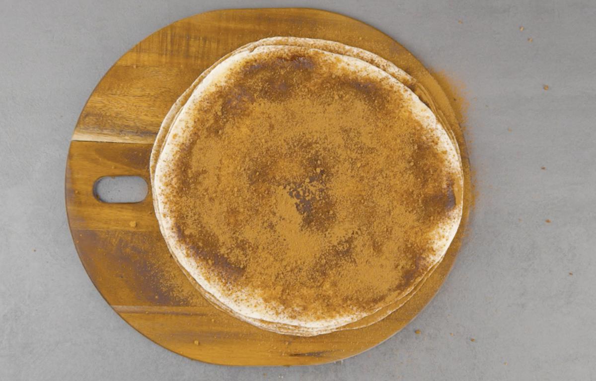 recouvrir toutes les tortillas de sucre et de cannelle