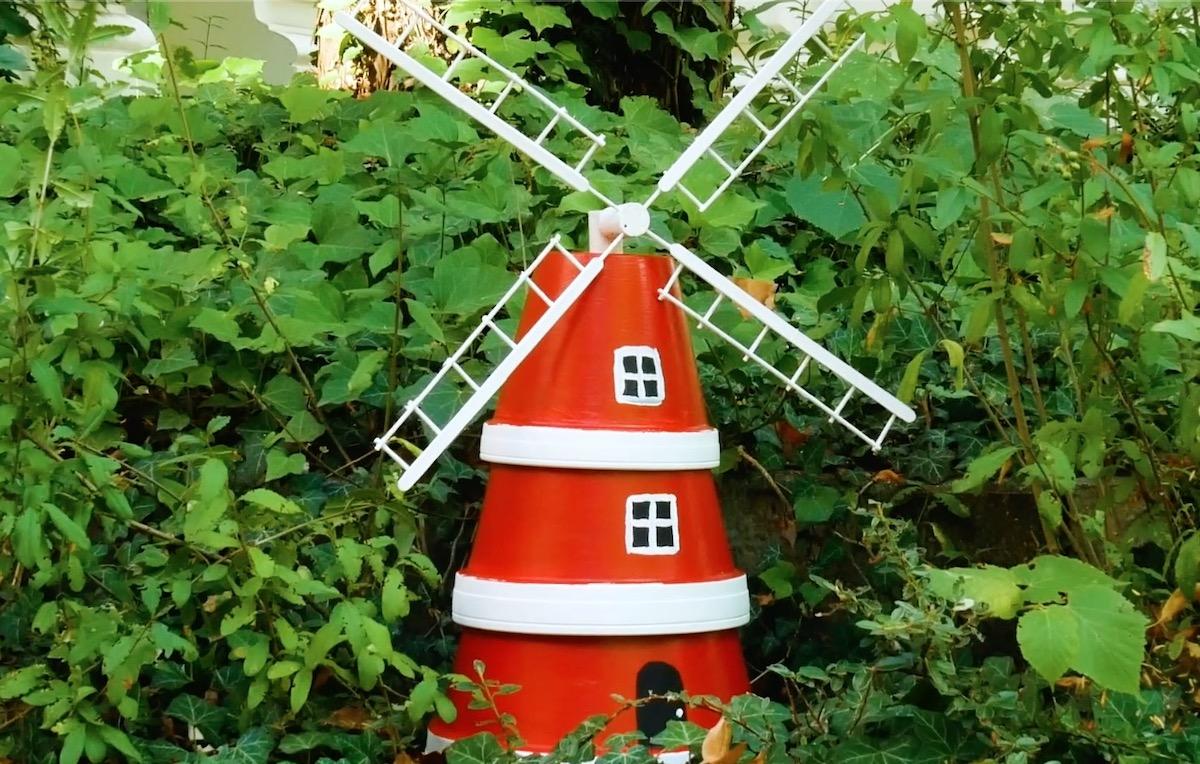 moulin à vent avec 3 pots de fleurs