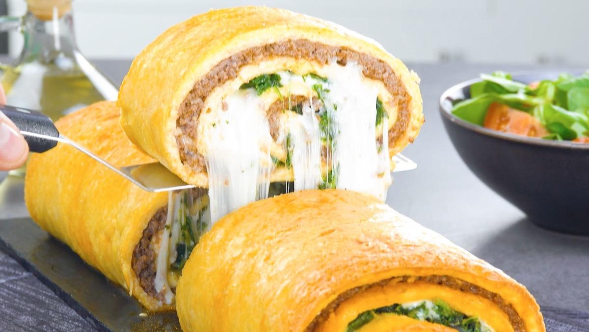 omelette roulée au fromage, à la viande hachée et aux épinards