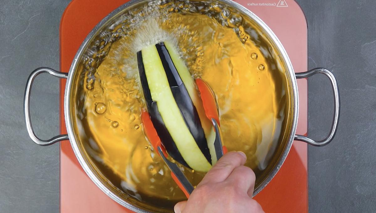frire les aubergines dans l'huile